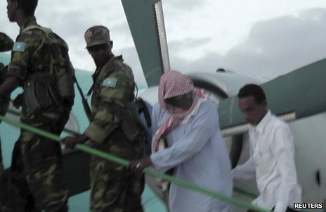 Sheikh Hassan Dahir Aweys boards a plane in Adado with Somali government soldiers, 29 June Sheikh Hassan Dahir Aweys was seen boarding a plane in Central Somalia on Saturday with Somali government soldiers